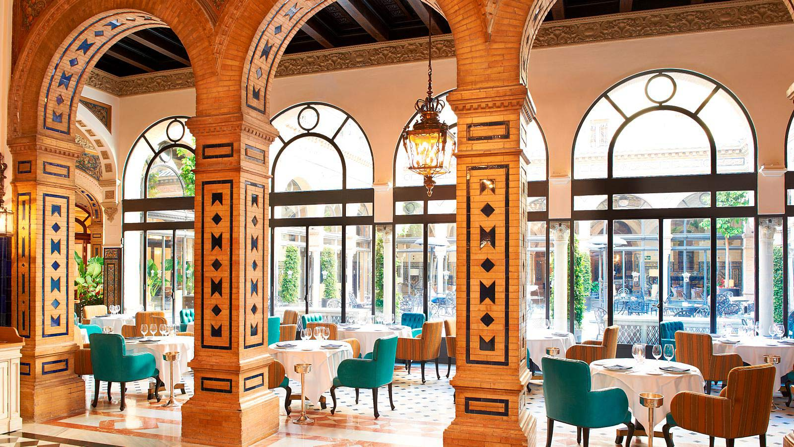 El restaurante San Fernando rodea un relajante patio andaluz.